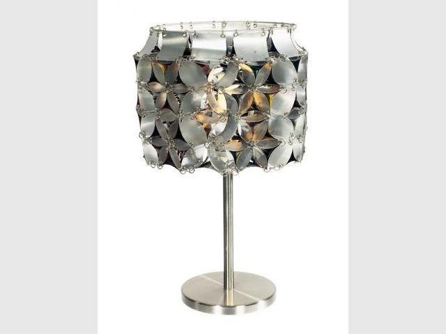 Lampe composée de 120 canettes de soda