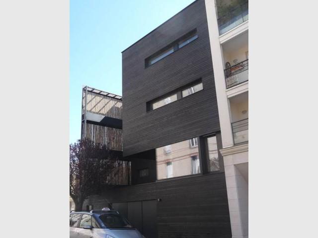 maison en bois noire