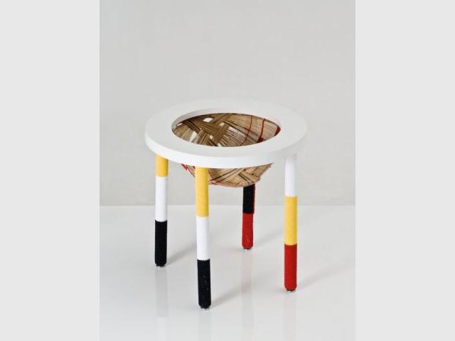 Oca Magazine Rack - Exposition  Rodrigo Almeida