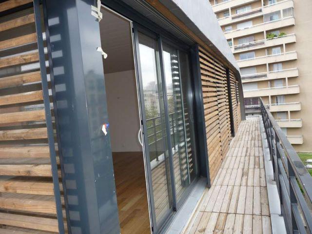 une maison perch e sur le toit d 39 un immeuble. Black Bedroom Furniture Sets. Home Design Ideas