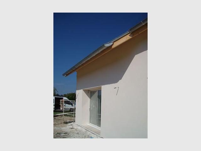 Ombre portée sur une façade - maison bio climatique