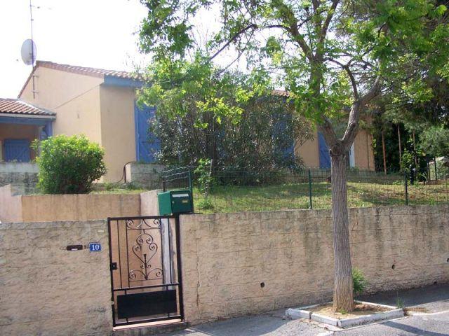 Avant - Côté rue - Maison autour d'une piscine