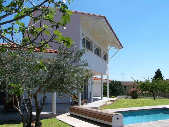 Maison autour d'une piscine
