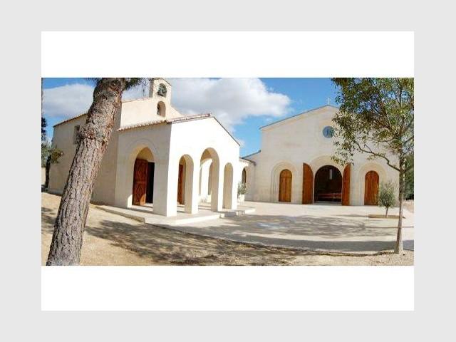 La nouvelle église près de l'ancienne chapelle - Bâtisseur de monastère