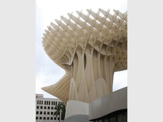 3.400 éléments bois Kerto-Q constituent les 6 champignons - Parasol Seville Finnforest