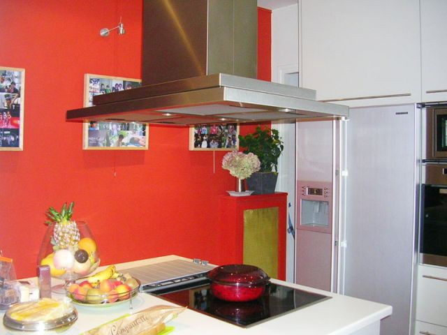 Une cuisine rouge - Appartement Asie moderne