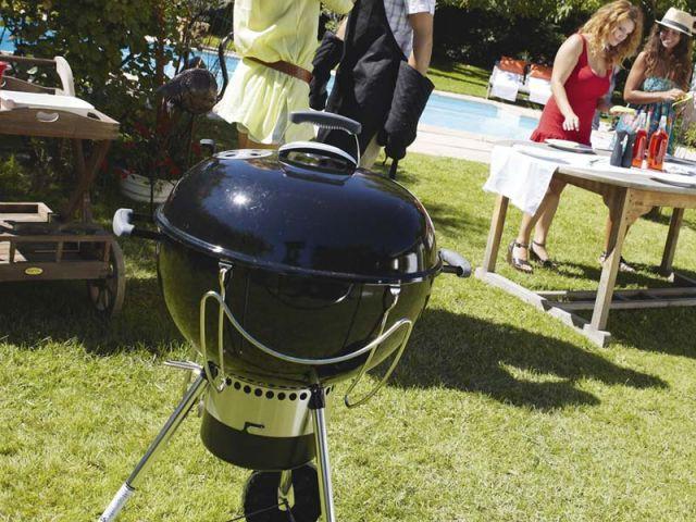 1 barbecue pour cuisiner au jardin. Black Bedroom Furniture Sets. Home Design Ideas