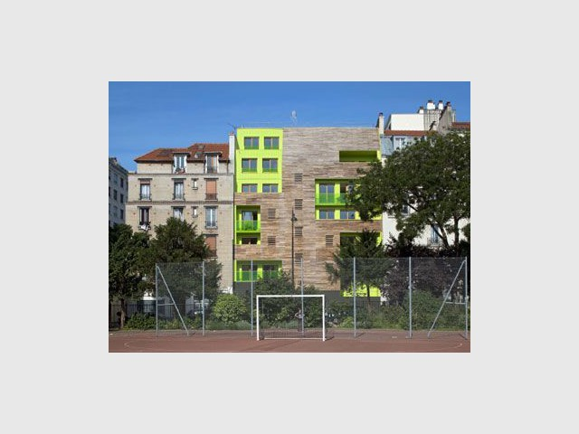 Implantation - immeuble coloré