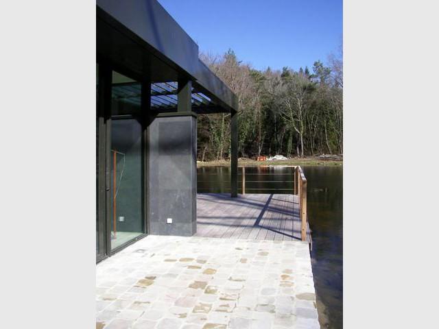 Maison sur le lac - Sol de la terrasse - Reportage Maison sur le lac