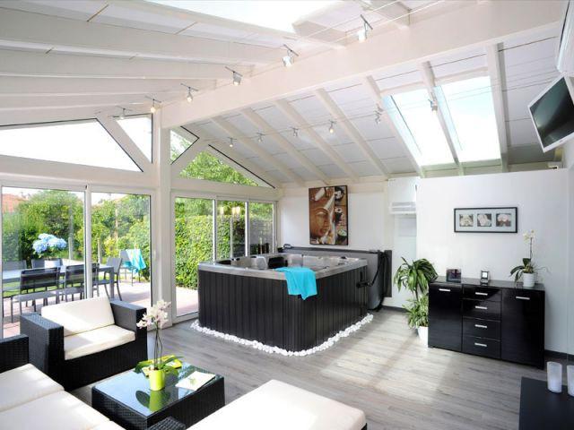 une v randa convertie en espace de bien tre. Black Bedroom Furniture Sets. Home Design Ideas