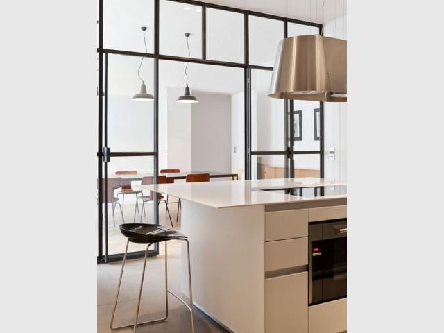 1 appartement parisien modernis avec l gance. Black Bedroom Furniture Sets. Home Design Ideas