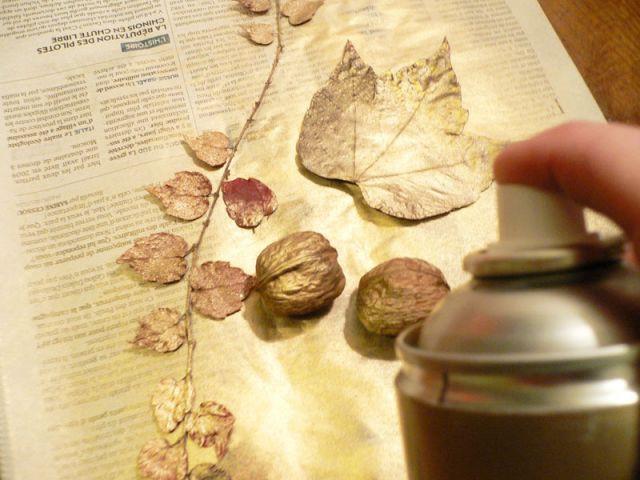 Des feuilles bombées de peinture dorée - Déco table Noël