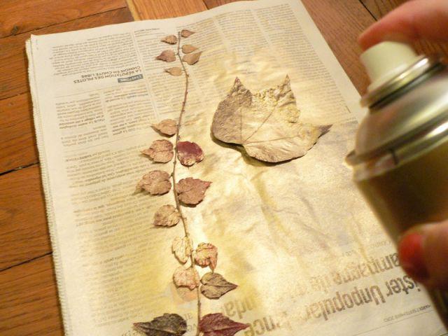 Bomber les feuilles de peinture dorée - Déco table Noël