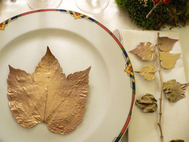 Décorer les assiettes avec des feuilles dorées - Déco table Noël