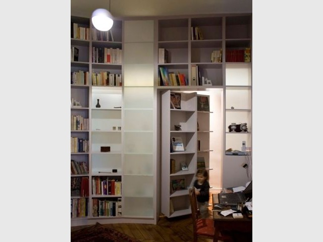 une cloison biblioth que pour r organiser un appartement. Black Bedroom Furniture Sets. Home Design Ideas
