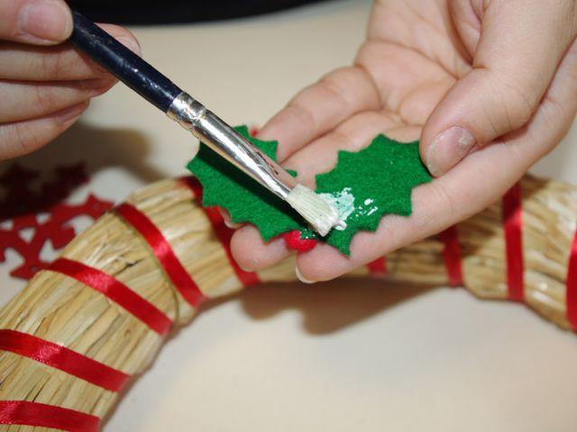 Couronne de Noël - Collage des éléments en feutrine - Pas à pas couronne de Noël