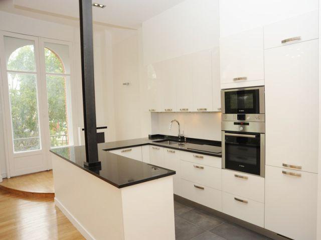 Une cuisine ouverte sur le salon... et la Seine - Cuisine en verre