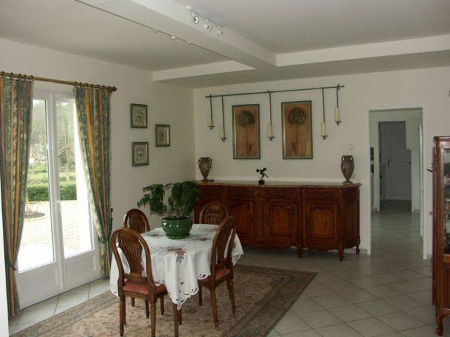 une maison de 400 m2 s 39 offre un relooking d co complet. Black Bedroom Furniture Sets. Home Design Ideas