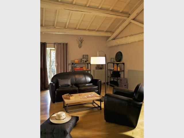 Un salon chaleureux sous les toits - Ambiance industrielle