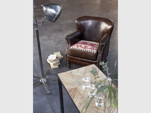 Une fauteuil et une lampe cosy - Sélection industriel