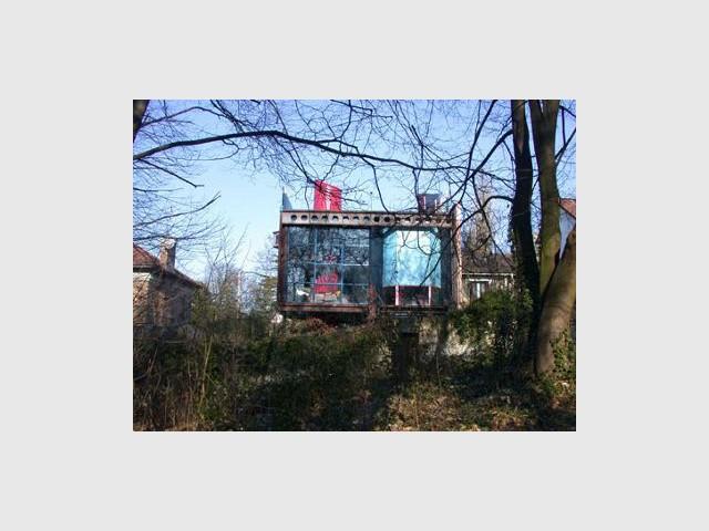 Maison d'acier : un cube posé au coeur de la fôret - lecaron