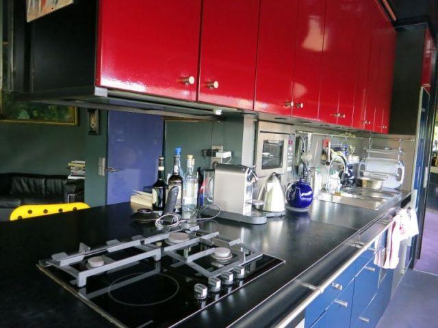 Maison d'acier, une cuisine haute en couleur - lecaron