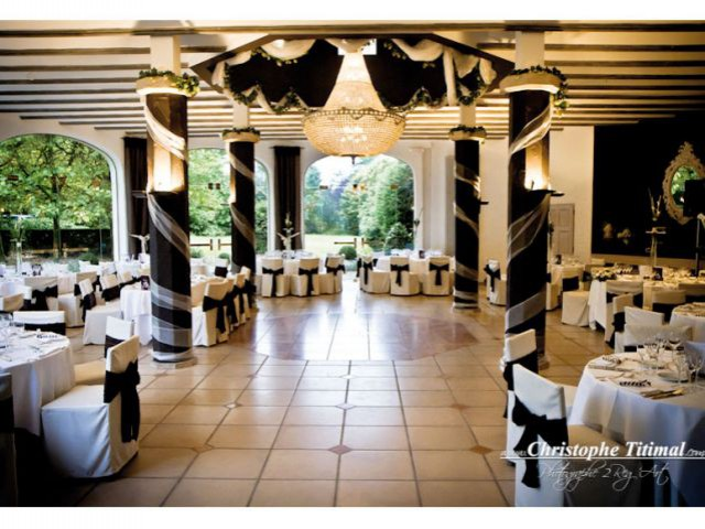 Une grande salle antique chic - 10 ambiances mariage