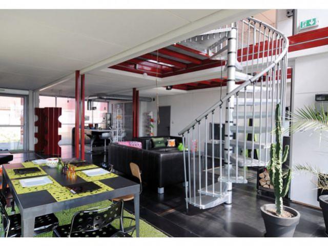 L'escalier menant à l'étage - Maison containers