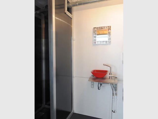 Une salle de douche et son lavabo rouge - Maison containers