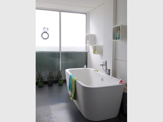 La salle de bains et sa baie en PVC - Maison containers