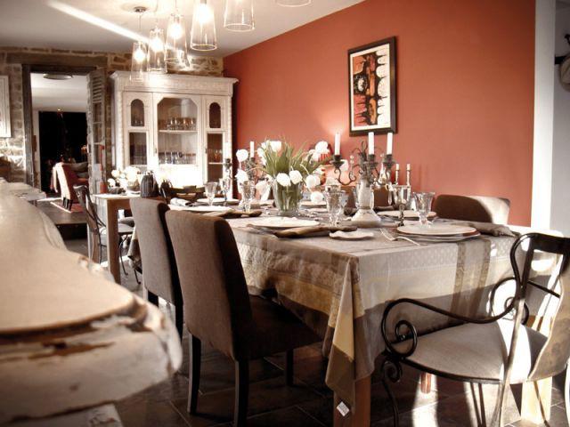 Dans la salle à manger, un buffet provençal - Maison d'hôtes Val de Brangon