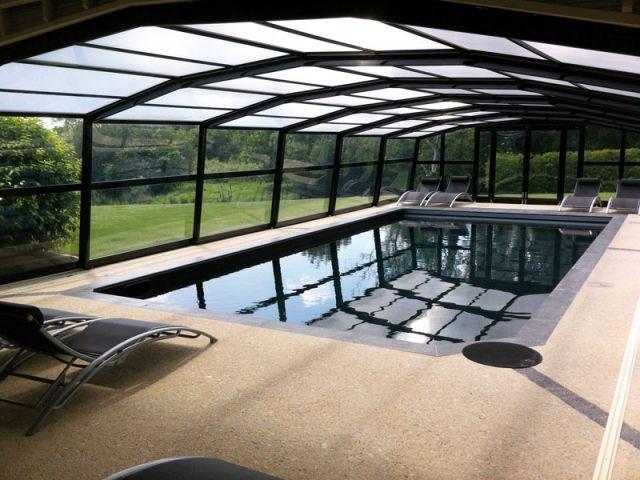 Une piscine au liner noir - Maison d'hôtes Val de Brangon
