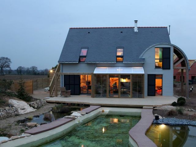 Pergola, bassin et terrasse - maison bioclimatique