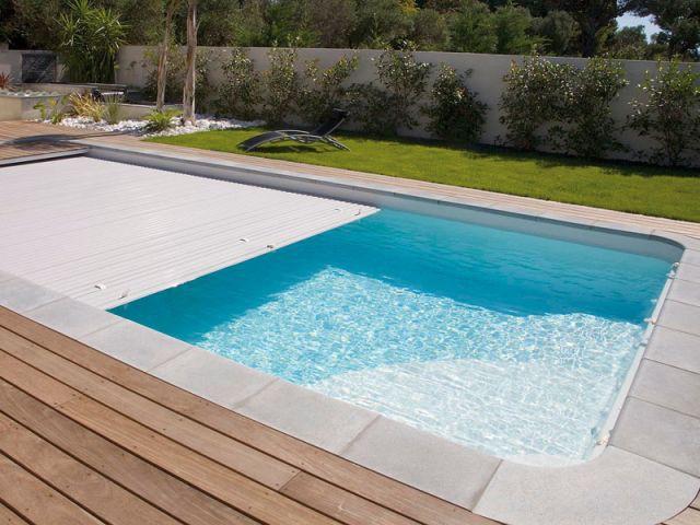 Une piscine en coque à volet immergé - Reportage terrasse piscine