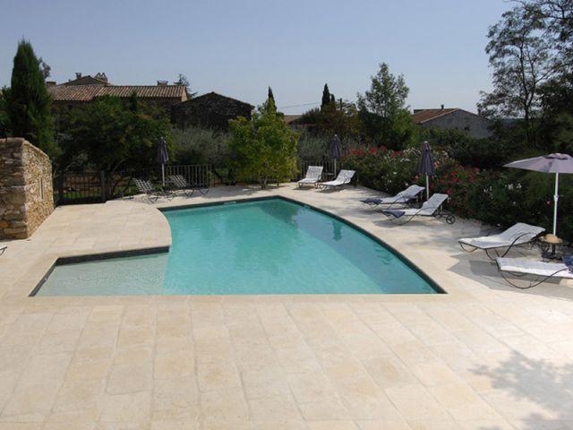 Après : une piscine en béton entourée de pierre - mas