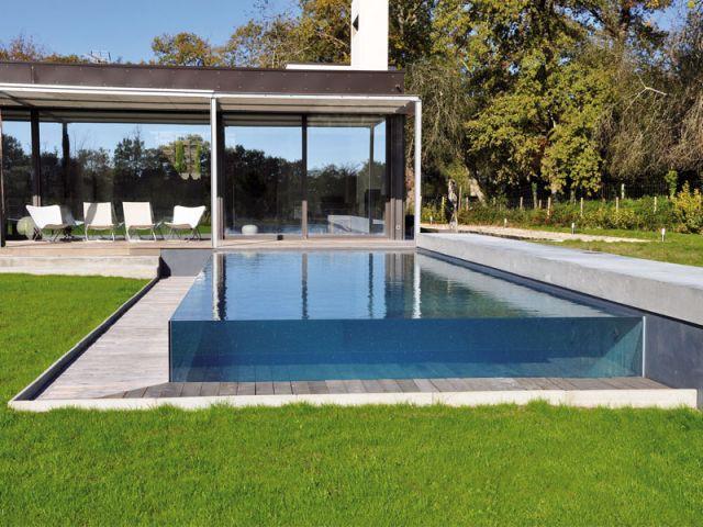 une piscine qui joue la transparence totale. Black Bedroom Furniture Sets. Home Design Ideas