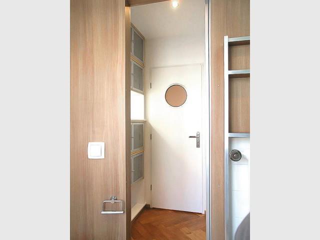 Un deux pi ces exigu devient un loft contemporain - Espaces rangements astucieux salon ...