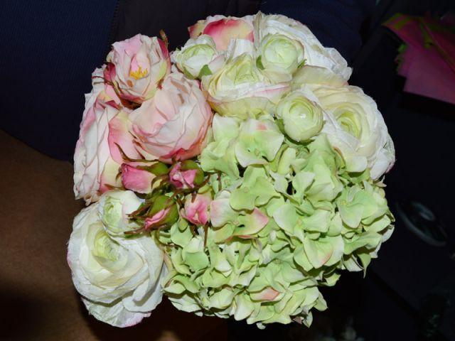 Disposer les fleurs dans le bouquet - Pas à pas fleurs artificielles