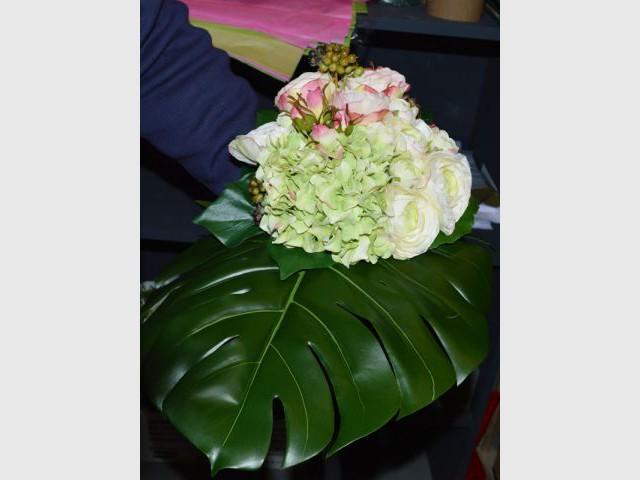 Disposer les feuillages dans le bouquet - Pas à pas fleurs artificielles