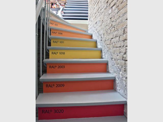 Un escalier multicolore comme un nuancier géant - Duplex Carlos Pujol