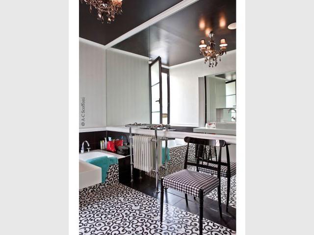 Une salle de bains en noir et blanc - Duplex Carlos Pujol