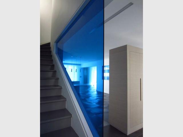 Des écrans bleus pour séparer les espaces - Maison 500 m² Nogent sur Marne