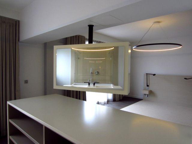 Une console avec un miroir et un téléviseur pivotants - Maison 500 m² Nogent sur Marne
