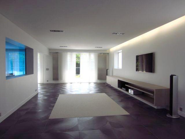 jeux d 39 espace et sobri t pour une villa de luxe. Black Bedroom Furniture Sets. Home Design Ideas