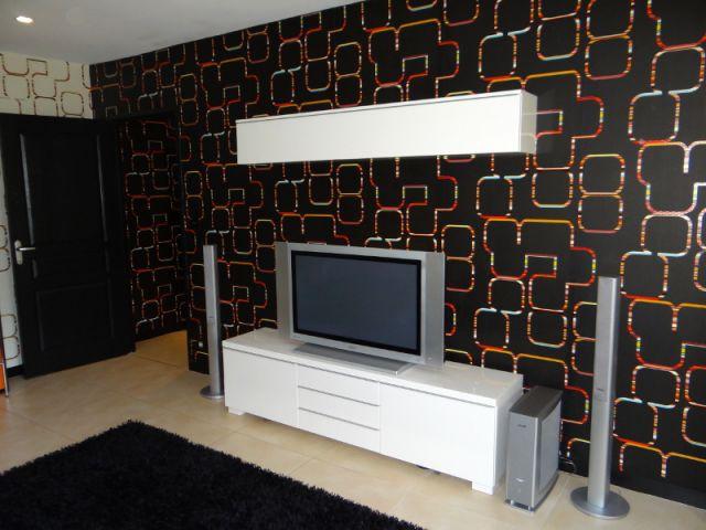 Meuble télé blanc sur papier peint noir - Reportage salon télé