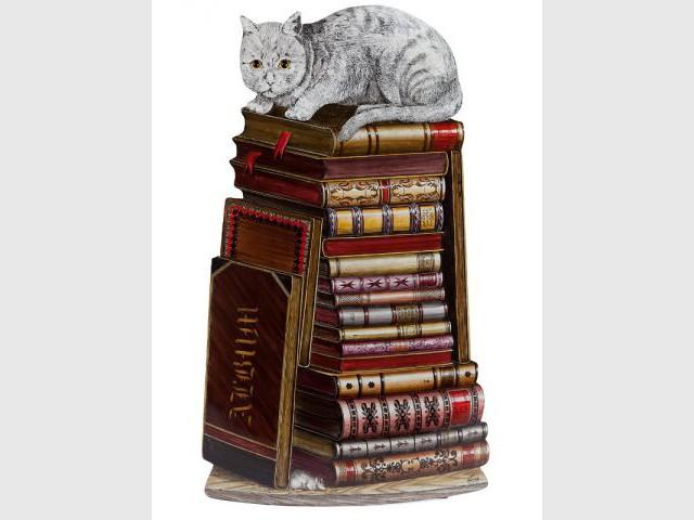 Le chat de Chesire et sa pile de livres - Alice au Pays des Merveilles