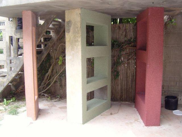 Piliers colorés en béton - escalier meulière