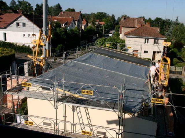 Protection du toit pendant les travaux - Surélévation BBC rénovation