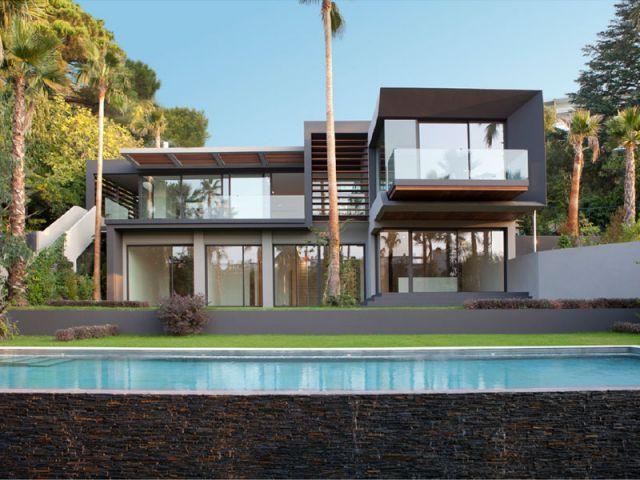 Une villa cubique de 480 m2 subtilement int gr e - La villa c une creation du studio guilhem guilhem ...