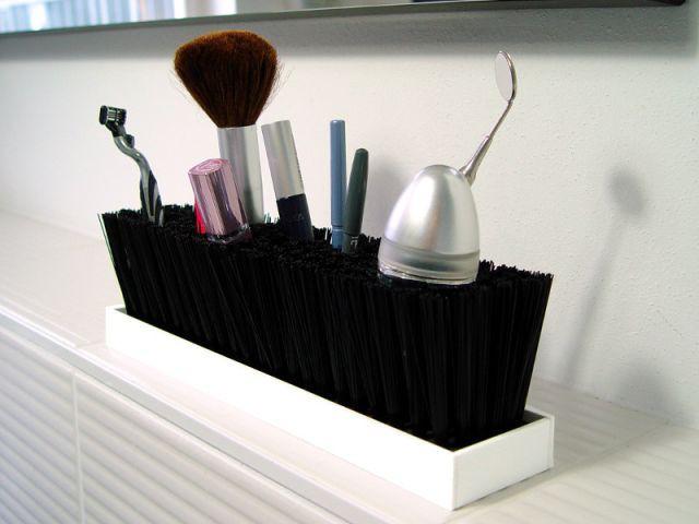 Une brosse pour ranger les crayons et les pinceaux - Rangements malins sdb